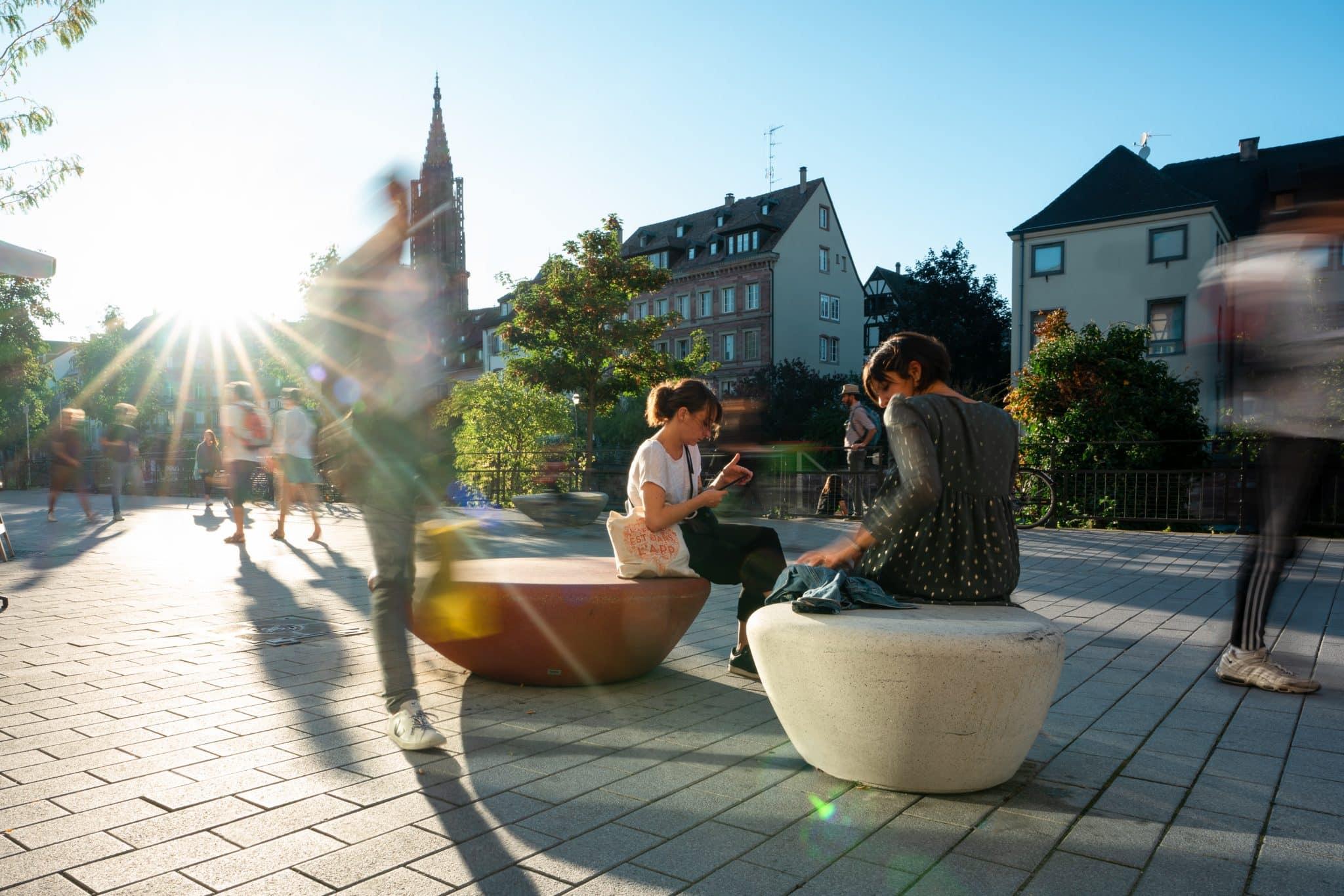 Banc sur les quais le long de l'ill à Strasbourg en Alsace - Michael Bouton - Photographe Architecture