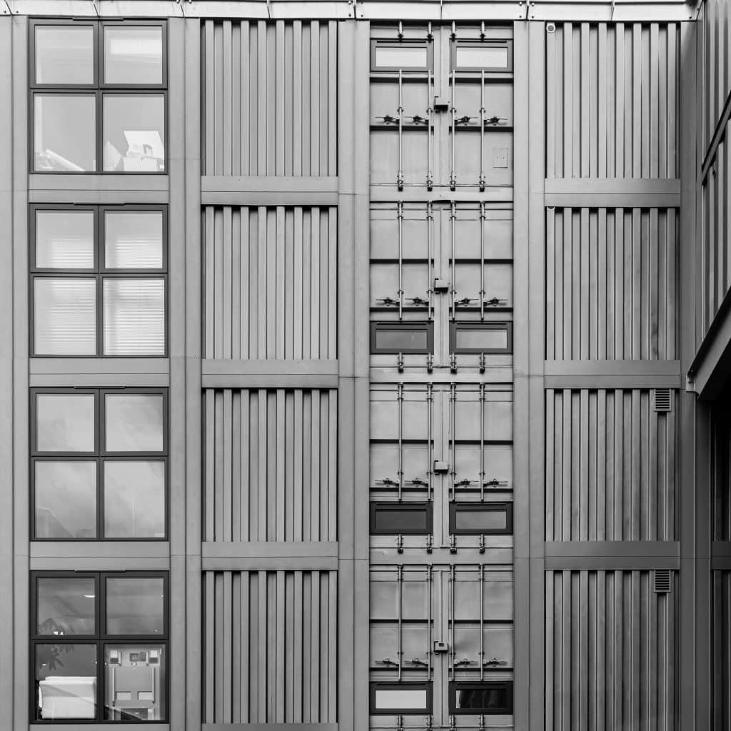 Bureaux de Bucks Music Group à Londres avec façade reprenant le design de containers - Photographe Architecture - Michael Bouton - edifice-photo.com