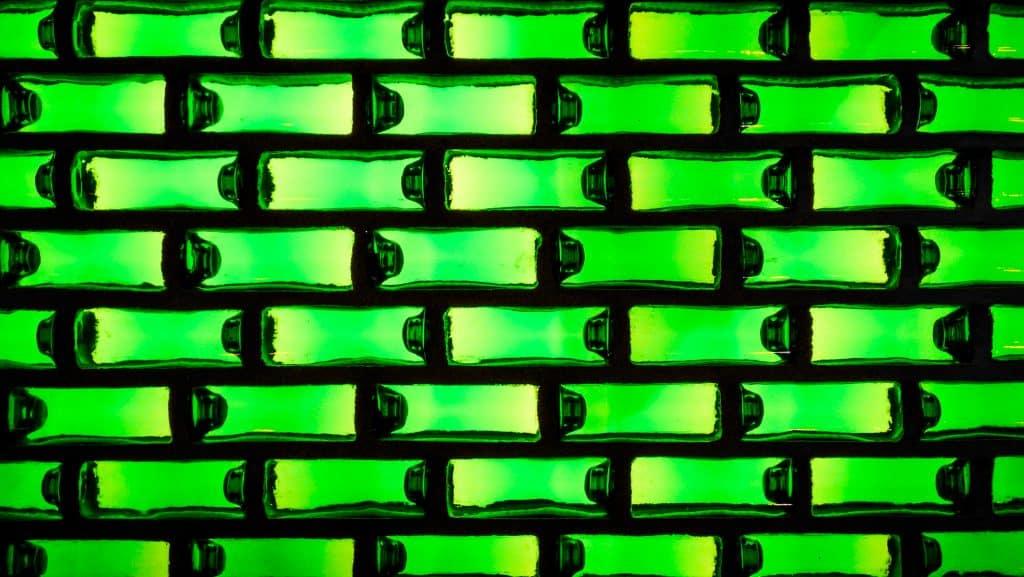 Détail d'un mur en bouteilles de bière du Heineken Experience à Amsterdam - Photographe Architecture - Michael Bouton