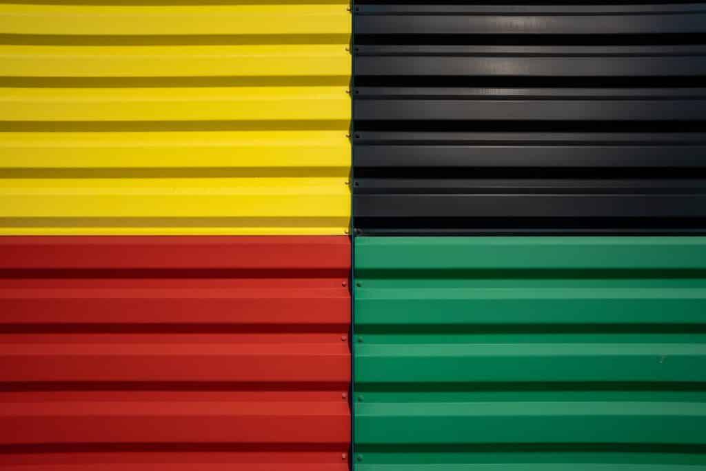 Panneaux rouge vert noir et jaune de la cité du Trains à Mulhouse - Photographe Architecture - Michael Bouton