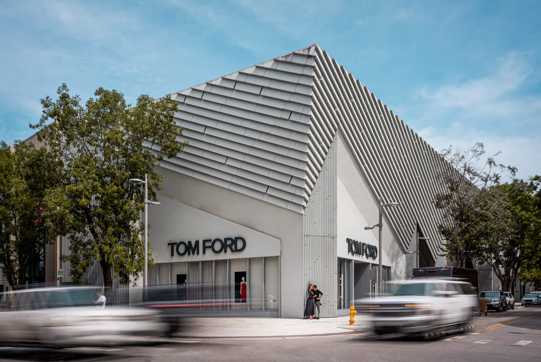 Photo de couple devant la Boutique TOM Ford à Miami - Michael Bouton - Photographe Architecture - Photographe mariage