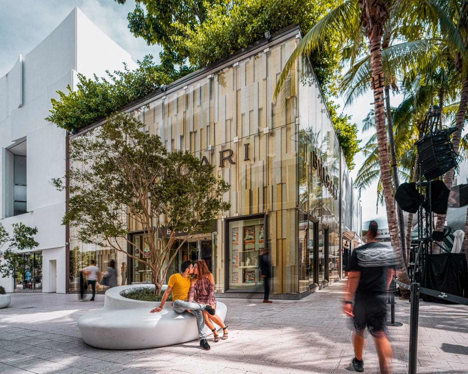 Photo de couple devant la Boutique Bulgari à Miami - Michael Bouton - Photographe Architecture - Photographe mariage