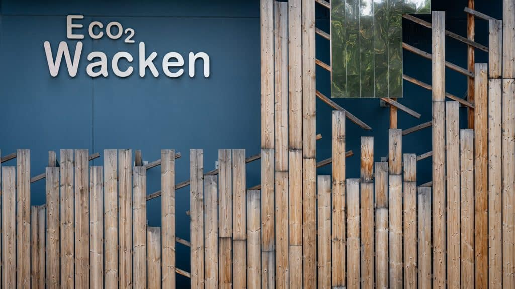 Contraste entre le Bleu turquin du béton et le bardage en bois brut - Photographe architecture Michael Bouton (edifice-photo.com)