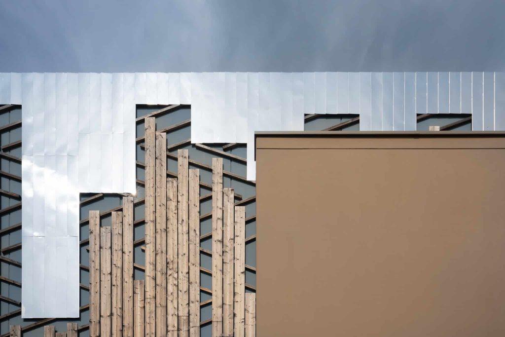 Photo d'association des matériaux Beton, Metal et Bois sur le bardage de l'architecture