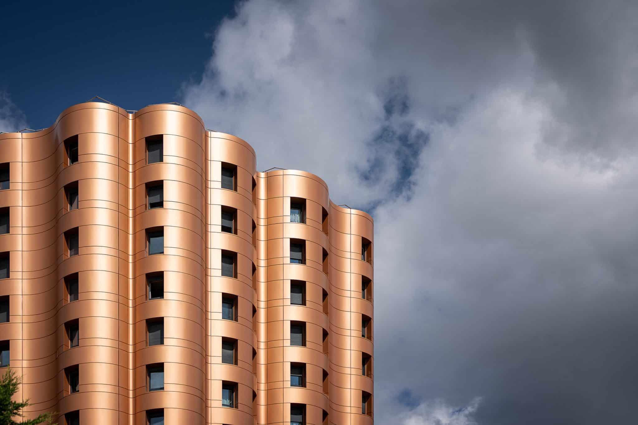 Les jeunes mariés ont la tête dans les nuages à Noisiel – Photographie d'architecture Michael Bouton (edifice-photo.com)
